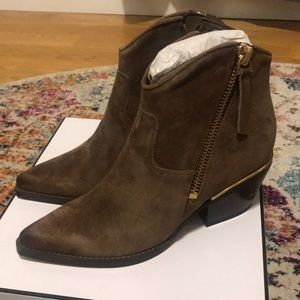 Brand new leather Guess booties!